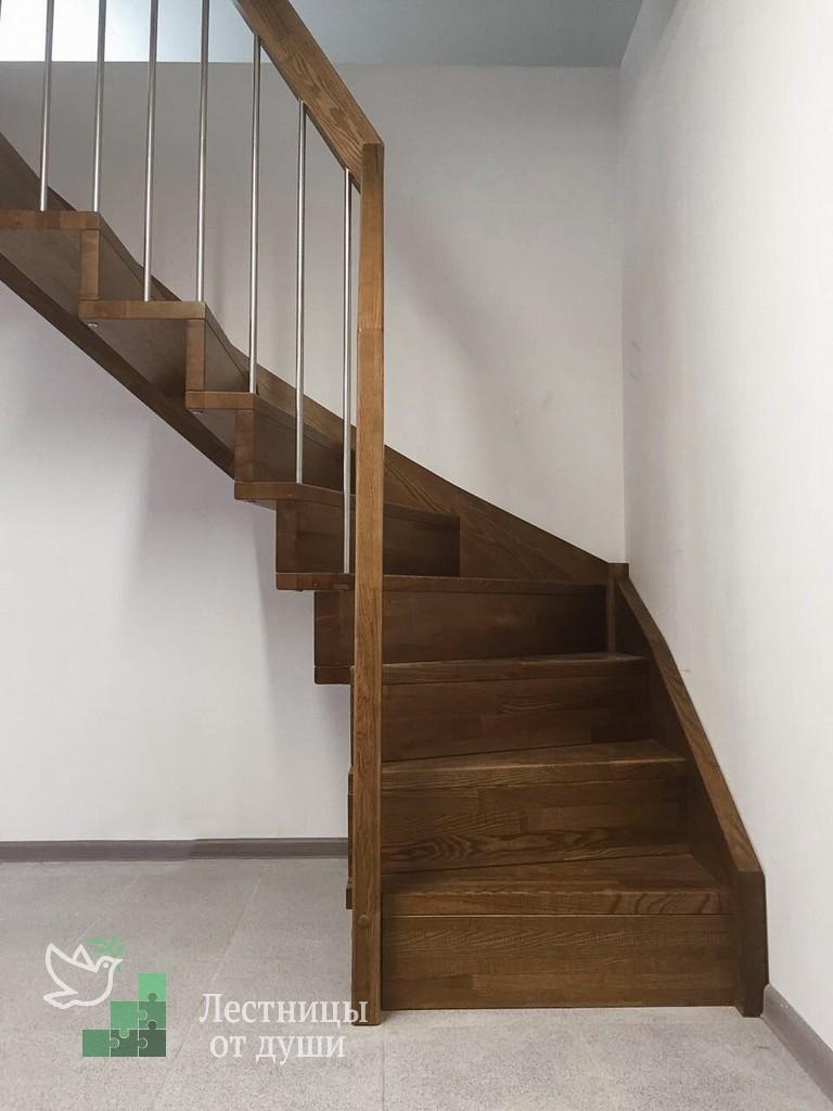 Разворотная деревянная лестница из ясеня на больцах