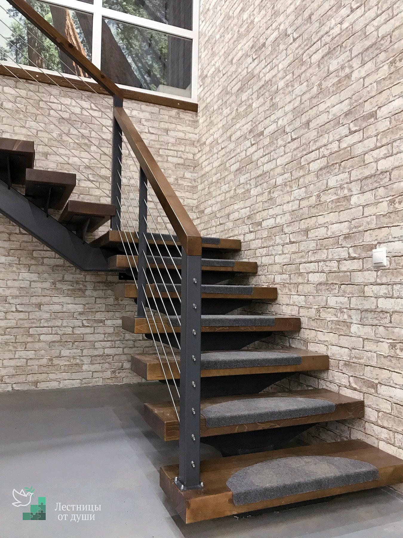 Лестница на металлическом монокосоуре в стиле лофт