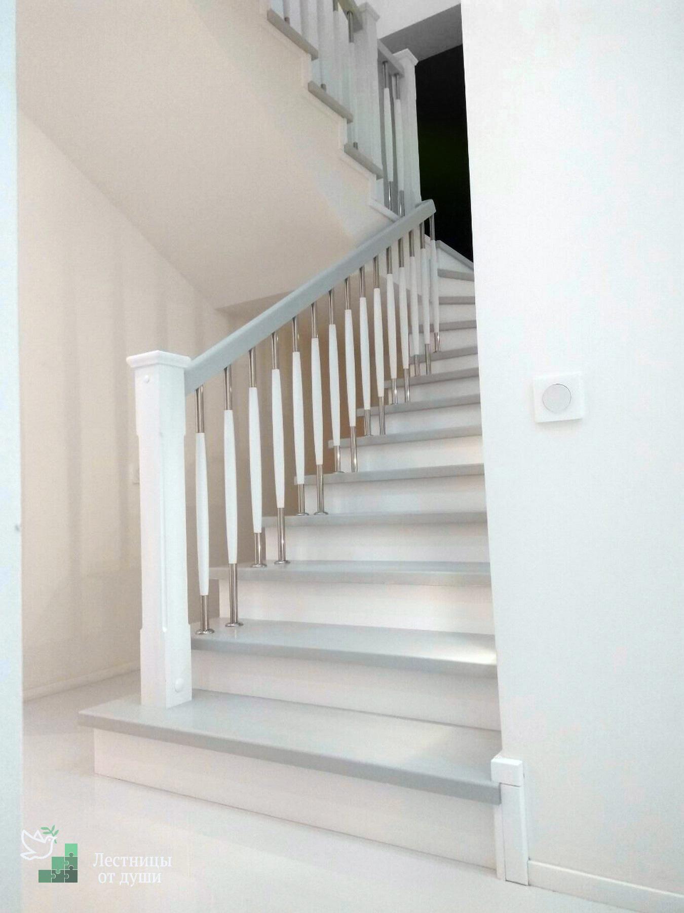 Белая деревянная лестница на второй этаж
