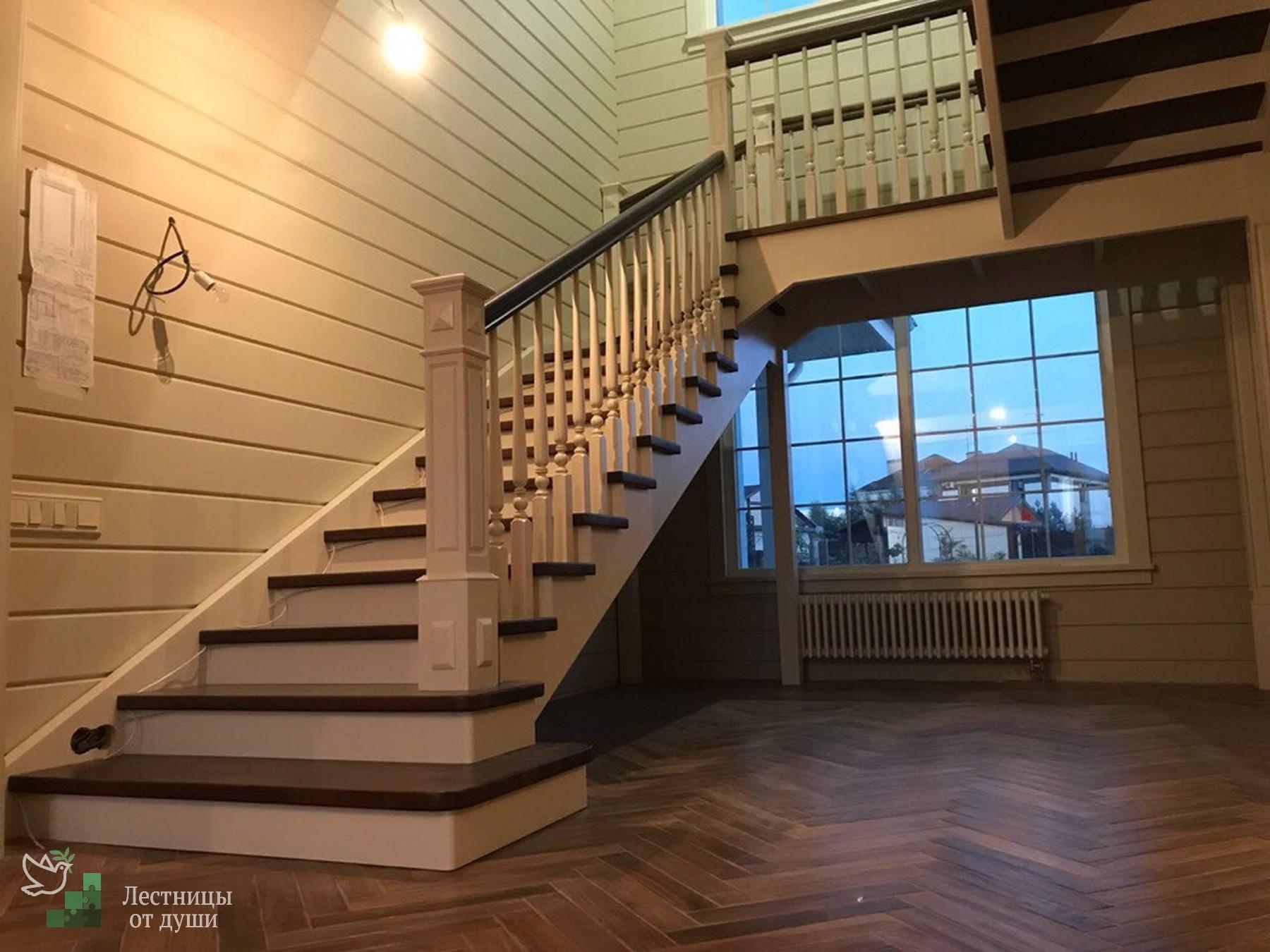 Лестница огромных размеров, с площадкой