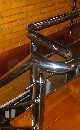 Деревянная лестница с ограждениями из нержавейки