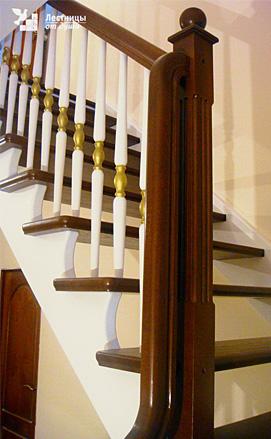 Двухмаршевая лестница из дуба и сосны двухцветная