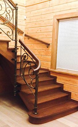 Дубовая лестница с художественной ковкой