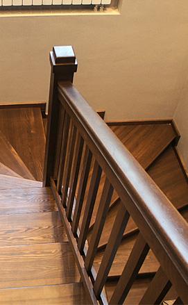 Классическая разворотная лестница с забежными ступенями