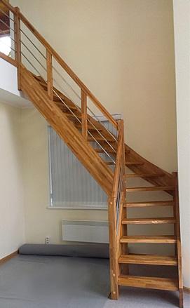 Лестница из ясеня с ограждениями из нержавеющей стали