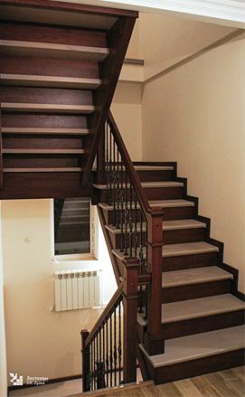 Разворотная лестница в американском стиле с кованым ограждением
