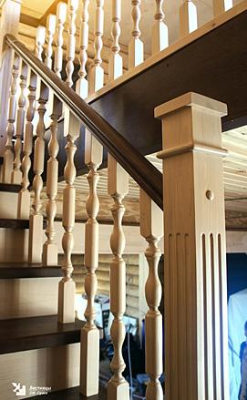 Двухцветная лестница в классическом романском стиле