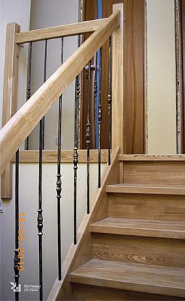 Поворотная лестница на больцах с металлическим ограждением