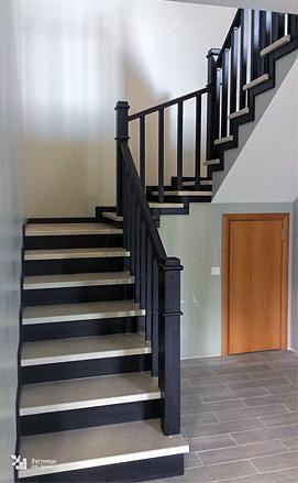 Лестница на бетонном основании со светлыми ступенями