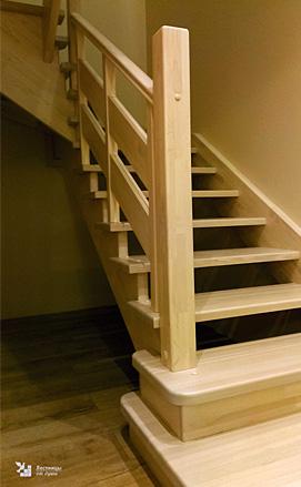 Классическая лестница из лиственницы
