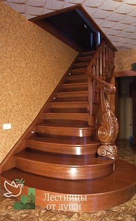 Лестница из дуба одномаршевая с пригласительными ступенями
