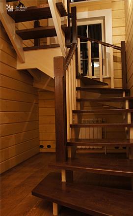 Лестница в стиле модерн с пригласительными ступенями