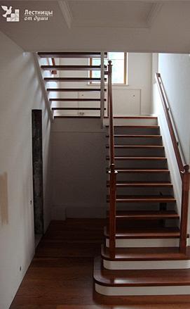 Двухцветная лестница из дуба и сосны