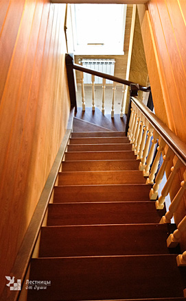 Двухцветная поворотная лестница из дуба с пригласительными ступенями