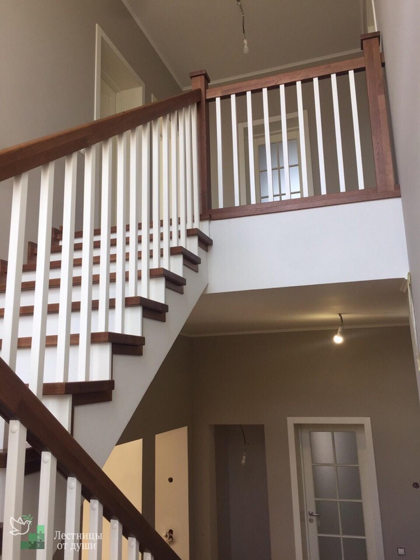 П-образная лестница на бетонном основании