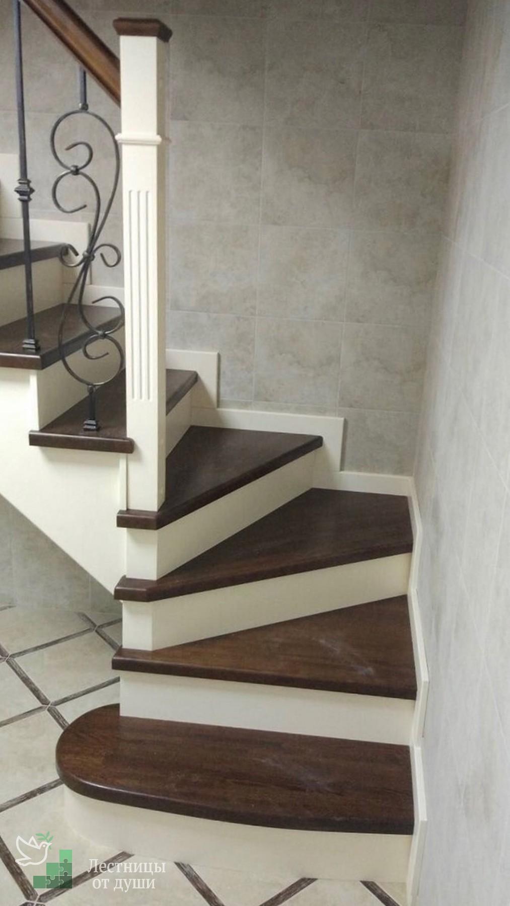 Деревянная лестница с поворотом на 90 с ковкой