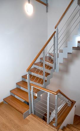 Разворотно-забежная лестница из металла и дерева