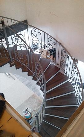 Полувинтовая лестница из бетона, дерево / металл