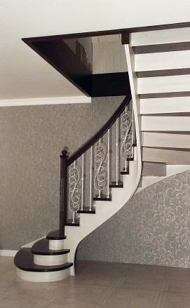 Поворотная лестница с плавноизогнутым поручнем и косоуром