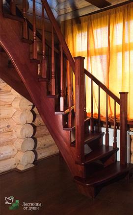 Лестница поворотная с двухсторонним ограждением