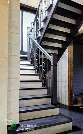 Деревянная двухмаршевая лестница с металлическим ограждением