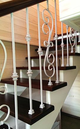 Лестница с разворотом и кованым ограждением