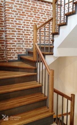 Лестница на бетонном каркасе двухцветная, стиль минимализм
