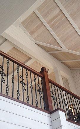 Комбинированное ограждение из дуба и кованых элементов в деревянном доме