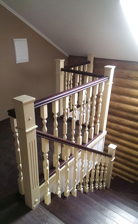 Лестница цвета слоновой кости из сосны и ясеня