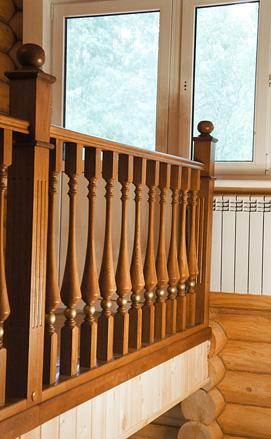 Резная лестница в деревянном загородном доме