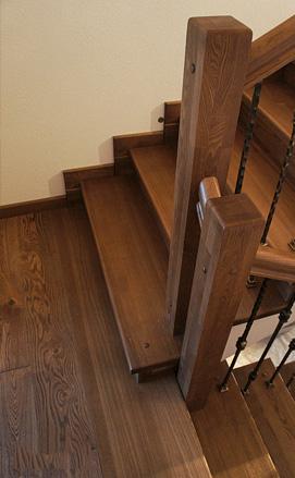 Лестница из ясеня с коваными ограждениями