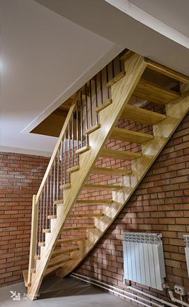 Лестница из лиственницы в стиле модерн
