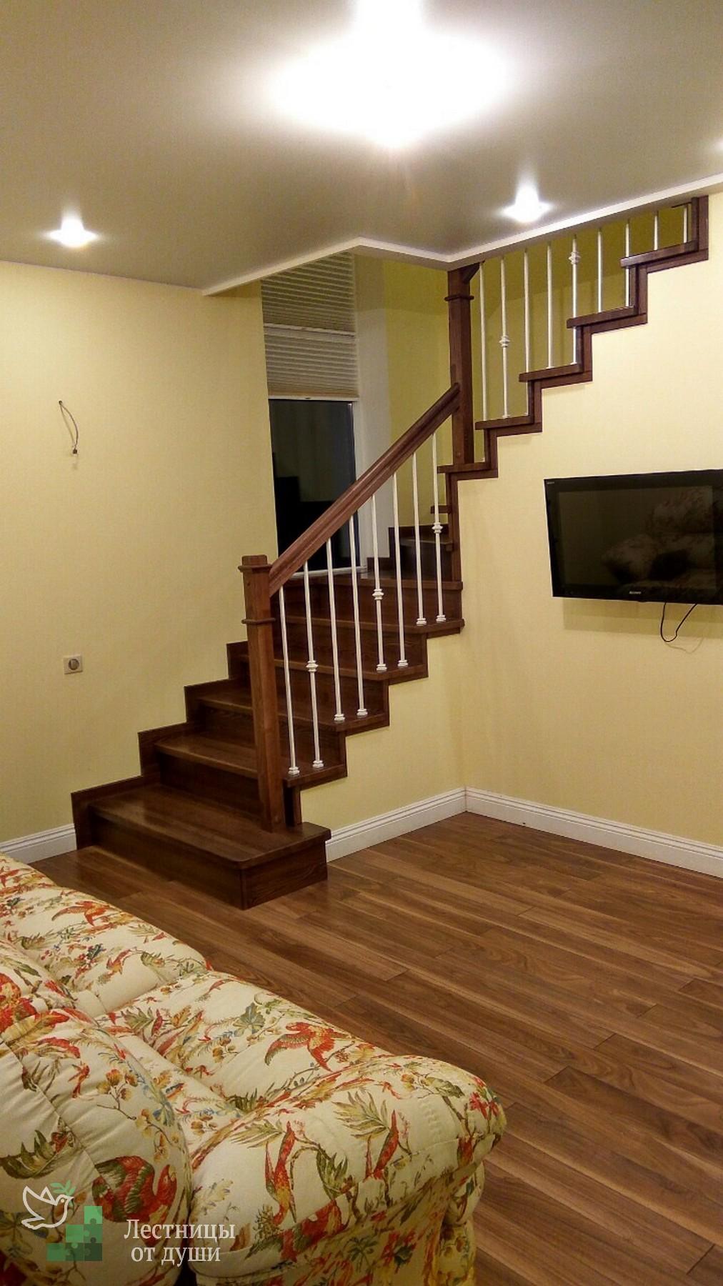 Деревянная лестница с коваными ограждениями
