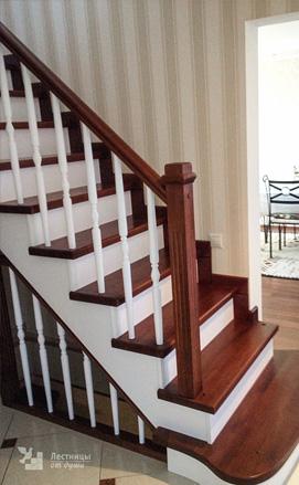 Прямая лестница с пригласительной ступенью из сосны и дуба двухцветная