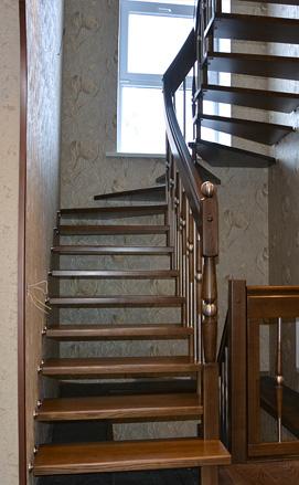 Больцевая лестница из ясеня с поворотом на 180
