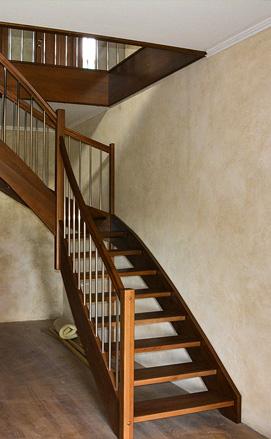 Лестница с поворотом на 90 градусов из бука