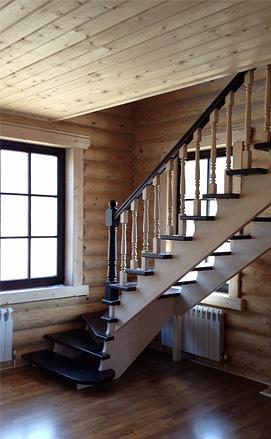 Комбинированная лестница из дуба и сосны, двухцветная в деревянном доме