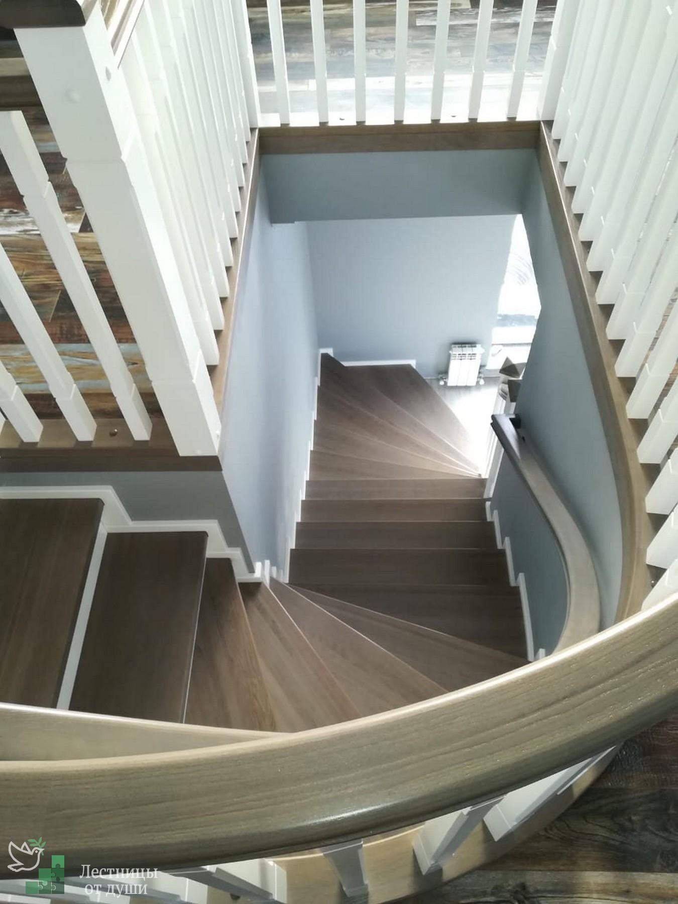 Поворотная лестница на бетонном основании