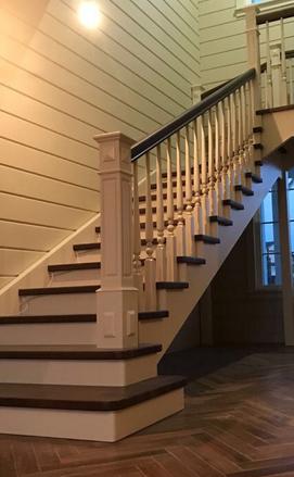 Большая лестница с площадкой и забежными ступенями