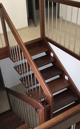Больцевая лестница из африканского красного дерева