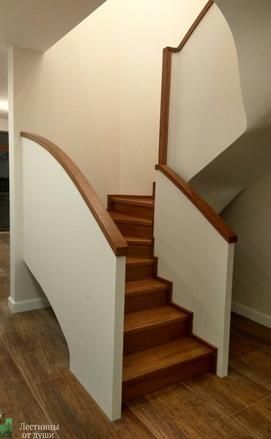 Дубовая лестница на бетонном каркасе