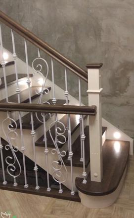 Классическая лестница с коваными балясинами