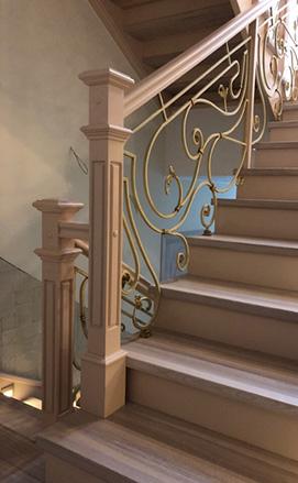Поворотная лестница с забежными ступенями на бетонном основании