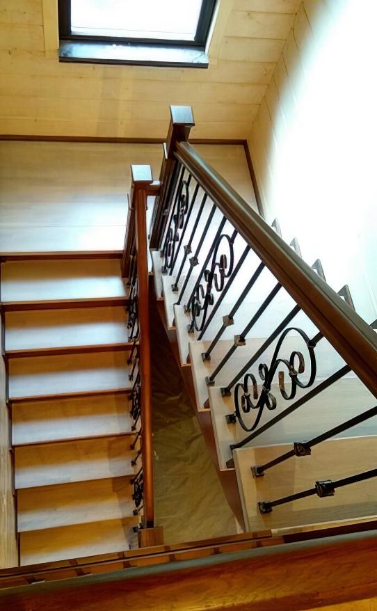 Лестница из дуба с коваными балясинами