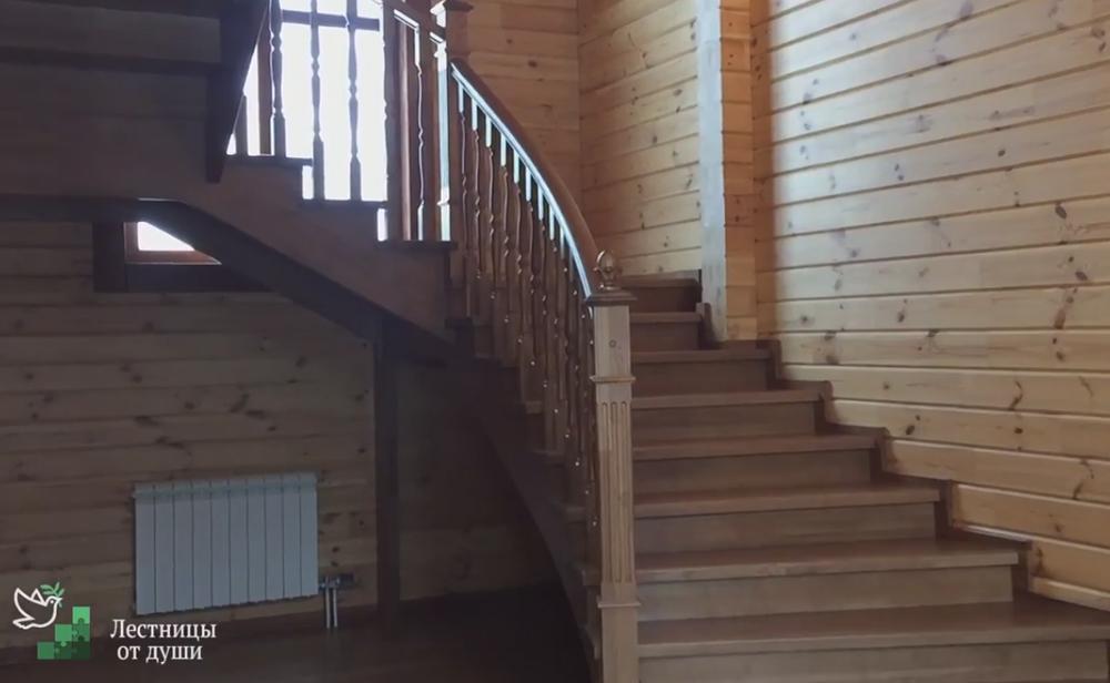 Разворотная деревянная лестница в доме