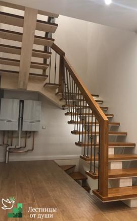 Лестница на деревянном монокосоуре