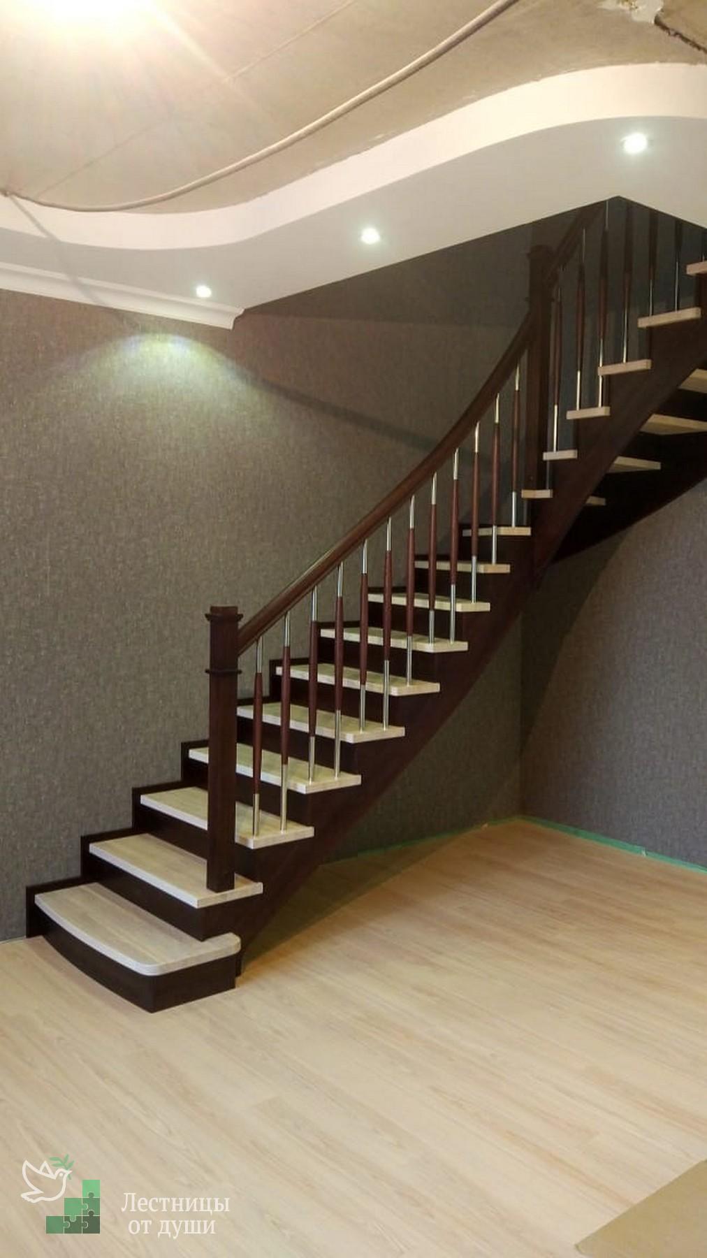 Лестница с изогнутым поручнем на третий этаж