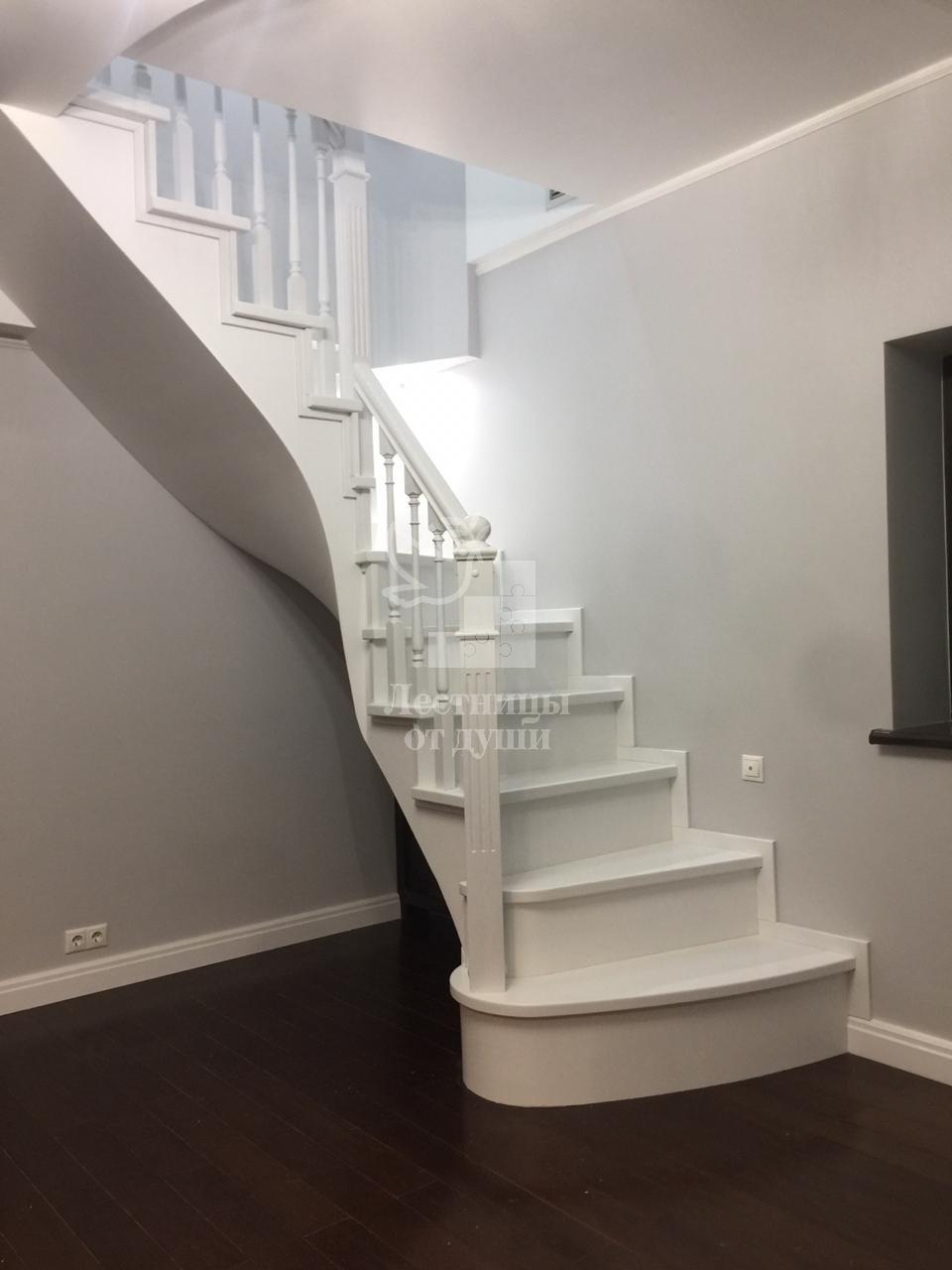 Деревянная лестница на второй этаж белая
