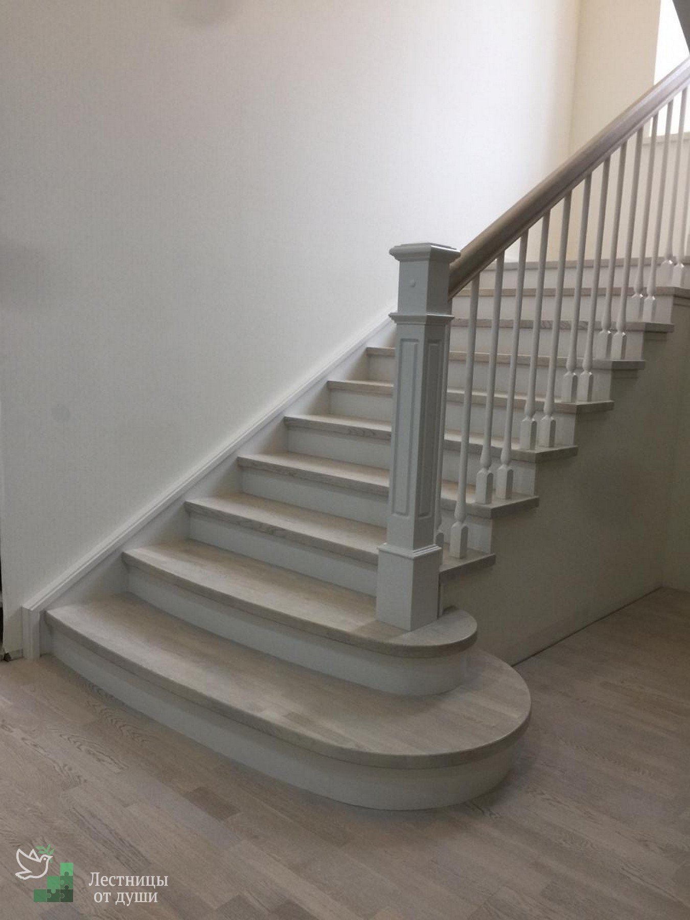 Отделка бетонной лестницы деревом в частном доме
